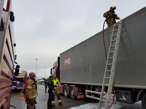 UNDERVEIS: Sjåføren var iferd med å kjøre ombord på ferja da brannen ble oppdaget. Brannmannskapene fra Kopstad var raskt på stedet.