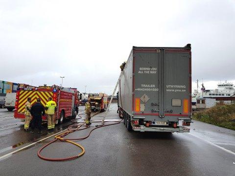INGEN FARE: Det ble mye røyk, men lite ild, i den estiske traileren som skulle til Sverige med søppel.