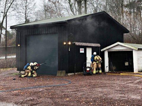 Brannvesenet i sving rundt garasjen.