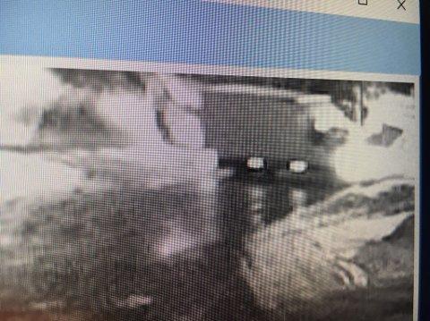 HVIT LASTEBIL: Kameraer ved anleggsplassen har plukket opp denne hvite lastebilen natt til torsdag 15. februar.