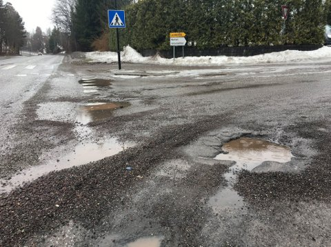 Noen av hullene kommunen allerede har tatt seg av, var i krysset mellom Knudsrødveien og Holtanveien.