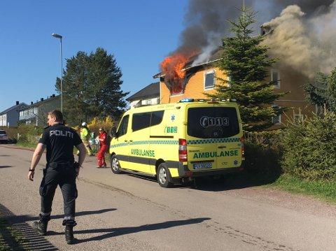 Brannen utviklet seg relativt raskt, og flammene sto ut av huset kort tid etter at meldingen til nødetatene kom.