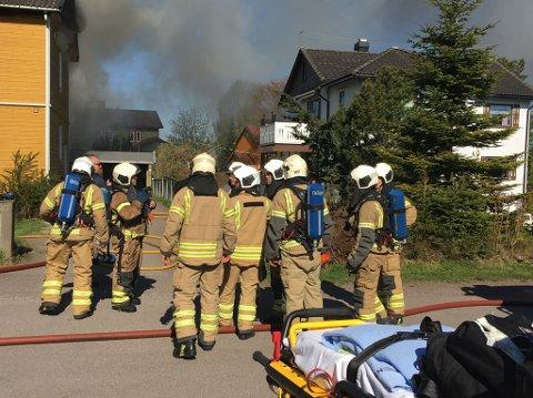 Brannmannskaper fra flere stasjoner i Vestfold Interkommunale Brannvesen møtte opp.
