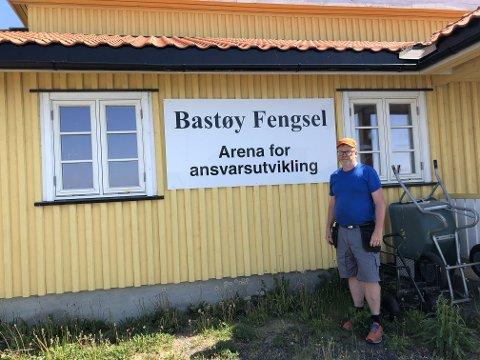 TRIVES SOM FENGSELSBONDE: Knut Thujord er stolt av skiltet som viser mottoet til Bastøy Fengsel.
