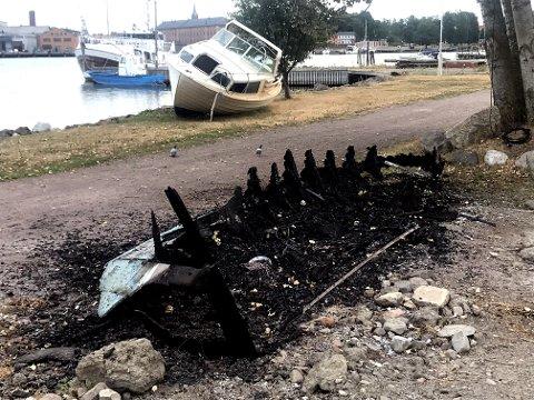 BRANT OPP: Trebåten er redusert til aske.