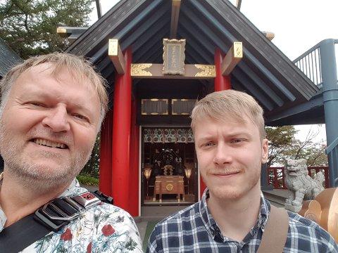 FERIE: Sverre og Sindre Langhus har hatt flotte uker i Japan, men avslutningen av ferien ble ikke helt som de hadde forestilt seg. Her er de på Mount Fuji 5th stadion, 2.400 meter over havet.