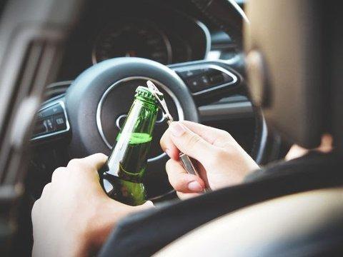 DÅRLIG KOMBINASJON: Enkelte fristes til å prøve å kjøre bil selv om det ble både vin og øl på julebordet. Tør du stoppe dem?