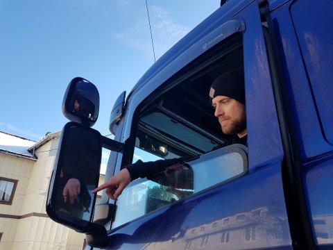 Christian Stensrud er ansatt i ØMT Transport. Han forteller at det ser ut til at gjerningspersonene har vært flere steder og ødelagt flere ting i garasjen.