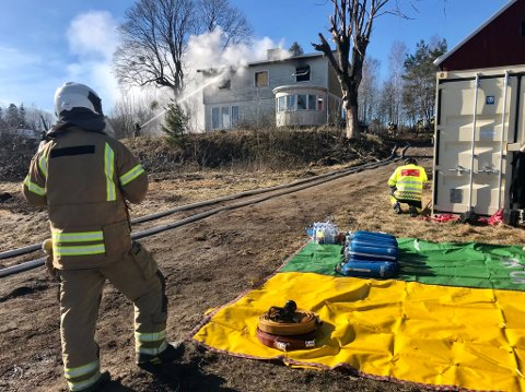 ØVER: Brannvesenet vil holde øvelse på eiendommen utover dagen. Slik får mannskapene verdifull trening i blant annet røykdykking.