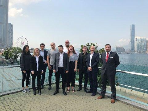 MØTTE MINISTEREN: Malin Victor Angell (i midten) og de øvrige norske studentene fikk besøk av næringsminister Torbjørn Røe Isaksen i Hong Kong.