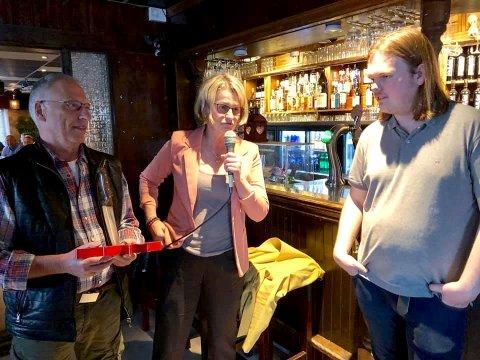 TAKK: Kurt Aust og Kin Wessel takker juryformann Simen Ingemundsen.