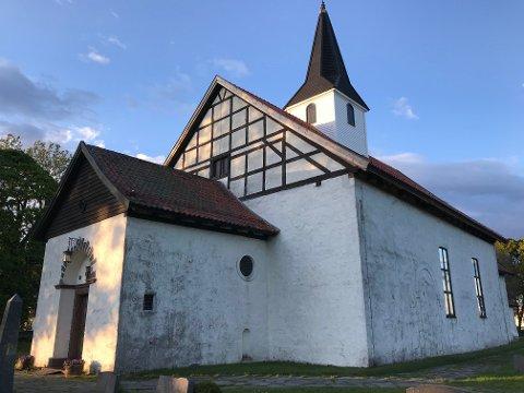 SKITTEN OG STYGG: Mange søker til Borre kirke. De ønsker å se en hvit og pen kirke. Det er usikkert når kirken ble bygget, men den dateres til 1100-tallet. Kirken er bygget i romansk stil. Inngangen ble bygd på 1920-tallet.