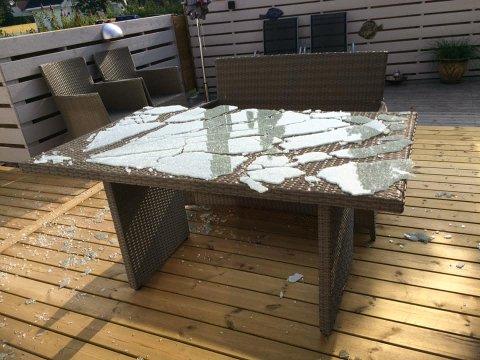 TUSEN MILLIONER KNAS: Det er lenge til noen får gå barbeint på denne terrassen, etter at glasset på bordet eksploderte og ble til støv.