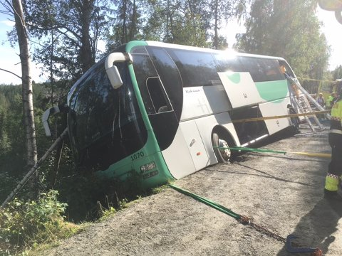 DRAMATISK: Bussen endte opp utenfor veiene, men heldigvis ble alle reddet trygt ut.