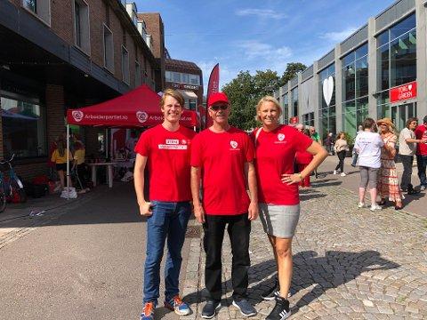 HAR FUNNET PENGER: Arbeiderpartiet,ved Eilias Elverum, Truls Sanaker og Maria Aasen-Svensrud, har funnet penger i neste års budsjett til et gratis måltid mat i grunnskolen.