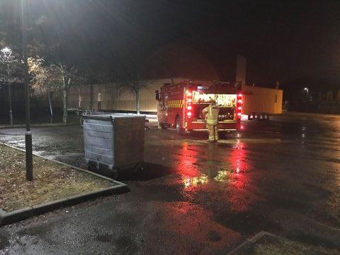 PÅ STEDET: Brannvesenet har ankommet Borre for å slokke brannen i konteineren.