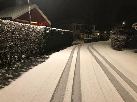 HVITT: En tidlig morgen med snø i Bjørkeveien i Åsgårdstrand.