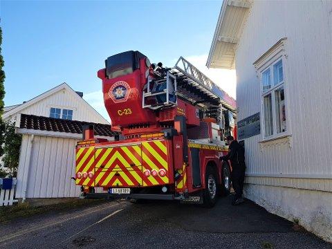 ÉN MILLIMETER KLARING: Mannskaper fra Vestfold interkommunale brannvesen brukte en rolig søndag til å øve på hvordan de skulle komme inn i skolegården i Smalgangen med brannbilen.