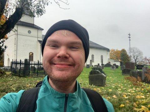 NØTTERØY: Jørgen Kaupang-Marthinsen passerte Nøtterøy kirke i god tid før klokka 12. Han ligger godt foran skjemaet til Google-maps på sin vandring mot Verdens Ende.