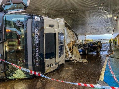 Heldigvis satt det ingen i personbilen som ble knust under semitraileren på Bastøferja.