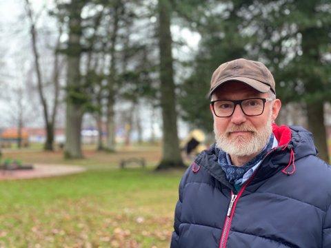 FRA UTLANDET: Kommuneoverlege Niels Kirkhus er bekymret for importsmitte - nordmenn og utlendinger som drar med seg koronasmitte fra andre land.