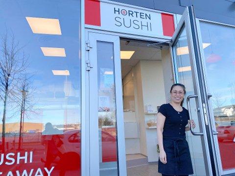 NY RESTAURANT: Hang Vu gleder seg til å ta imot bestillinger i hennes splitter nye sushirestaurant Horten Sushi Takeaway. Restauranten åpnet dørene torsdag denne uken.