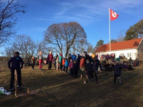 """VÅRLIG: Mange fant veien til Knudsrødhytta for å delta på """"Kom deg ut""""-dagen."""