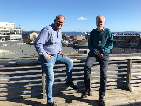ALVOR: Kommunedirektør Ragnar Sundklakk og kommuneoverlege Niels Kirkhus ser nå med alvor på faren for korona-smitte i Horten.