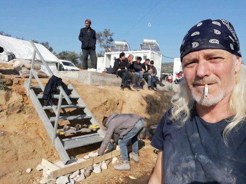FRIVILLIG: Marcus Ruud jobber som snekker, trappemurer og vaktmester i flyktningleiren. Den nederlandske hjelpeorganisasjonen leier grunn av noen olivenbønder, for plassering av telt.