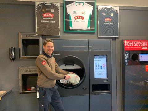 MODERNE: Den nye panteautomaten på Meny Borre kan ta mye pant i en utrolig fart. Maskinen sørget for å løfte Meny Borre opp fra 20. plass til 1. plass på pantestatistikken. Det er butikksjef Fredrik Hallenstvedt godt fornøyd med.