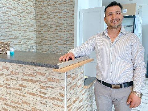 GLEDER SEG: Wazir Hassan åpner snart hurtigmatrestauranten Chili Pizzeria i Strandpromenaden 5.