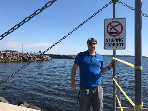 KJAPT LEVERT: Men fylkesmannen tok seg godt betalt. Park- og idrettssjef Sven-Erik Petersen fikk orden på kravet om å fjerne farlig stein under stupebrettet.