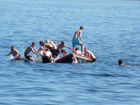 USKYLDIG MORO: En badetrapp ble røsket av fra havets bunn da flere ungdommer prøvde å velte badeflåten ved Rørestrand Beachbar.