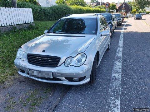 GUL LAPP: Hans-Petter Boyesen godtar ikke gebyret på 900 kroner for denne parkeringen ved Badeparken i Åsgårdstrand.
