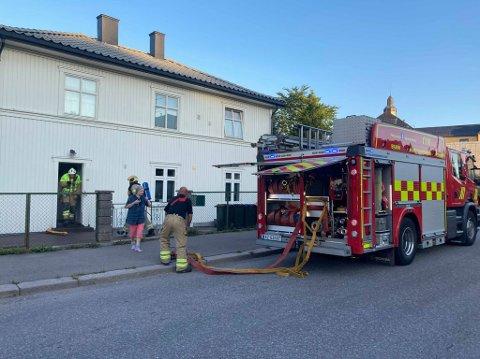 Det var ikke synlige flammer da brannvesenet ankom stedet.