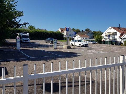 TRE BILER: Mens det var tilløp til parkeringskaos i den nedre delen, så det sånn ut på den kommunale parkeringsplassen i Riddervolds vei midt på dagen lørdag.
