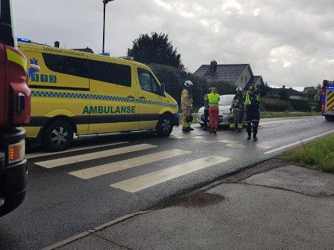 I FOTGJENGERFELTET: En mann var ikke oppmerksom på at bilisten foran stoppet for å slippe noen over gangfeltet. Dermed kjørte han inn i hennes bil bakfra.