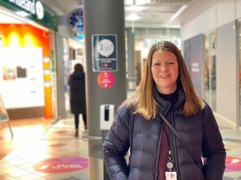 KONTROLL: Silje Hansen sjekker i hvilken grad butikker og spisesteder passer på å etterfølge regler og anbefalinger for smittevern. Lørdag var hun ute på ny runde.