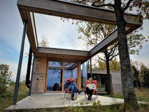 RAMMER INN: Overbygget med åpen himling, innrammet av flere eiketrær, luner på uteplassen. Her har Magnus og Beate Eikrem sittet utover kveldene i sommer.