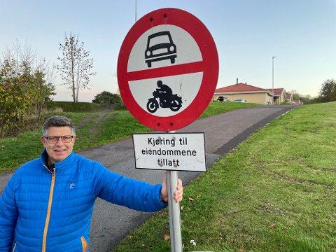 OVERSETT: – Det er visst lett å overse skiltet. Det må vi kunne gjøre noe med, sier styreleder i Vollveien borettslag, Bjørn Gjelsås.