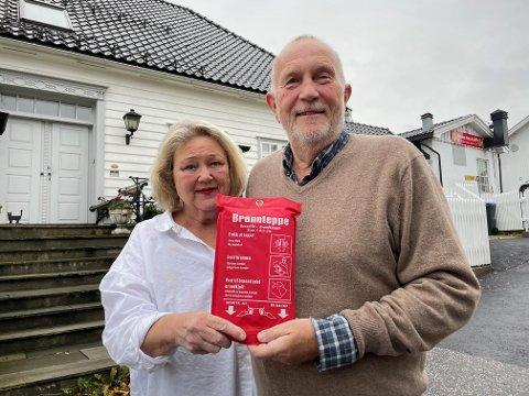 ÅRETS JULEGAVE: Ann-Karin Brustad og Inge Solheim har gitt brannteppe i julegave til barna. – De synes vi er gale, men det burde alle ha ved komfyren.