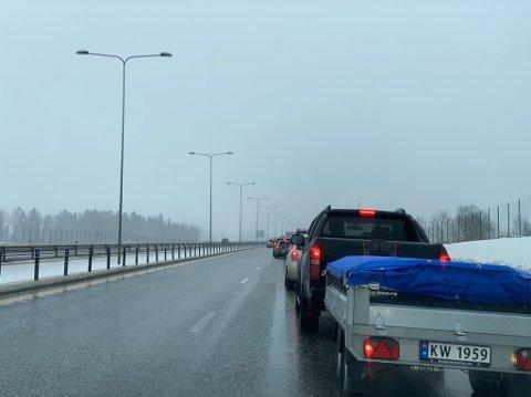 KØ: Det har oppstått lange køer i sørgående retning på E18 som følge av ulykken.