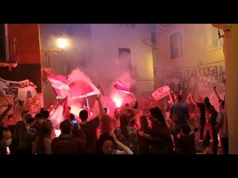 FEIRING: Fansen tok til gatene da det ble klart at Salernitana vant 3-0 over Pescara, og dermed er klare for Serie A.