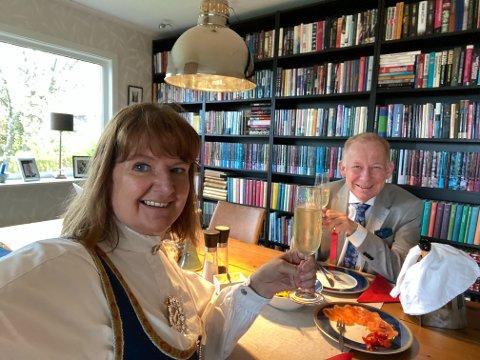 BOBLER: Journalist Trude Brænne Larssen fikk deilig 17. mai-frokost med eggerøre, laks og alkoholfrie bobler mellom en rekke søkkvåte oppdrag, tidlig på dagen. Trudes ektefelle, Lars Johnsen, hadde alt klart til en kort matpause.