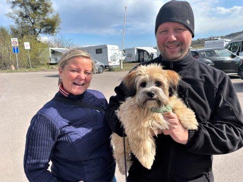 FRA RØRESTRAND: Marianne og Espen Fjellheim har mange gode minner fra Løvøya. Her tok de med ungene og lå i telt da de var små. Nå er det hunden Ludvig som får bli med på sin første bobiltur.