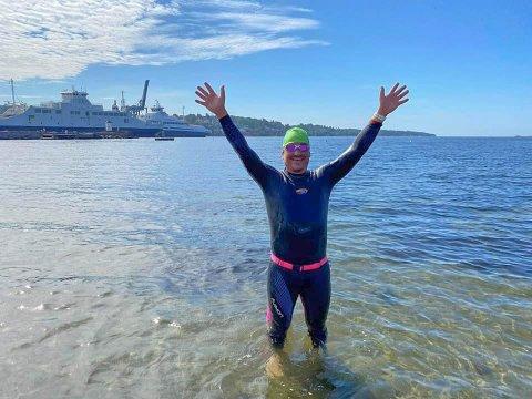 TVERS OVER: Frode Solvik var førstemann over. Han brukte rundt tre timer på svømmeturen.