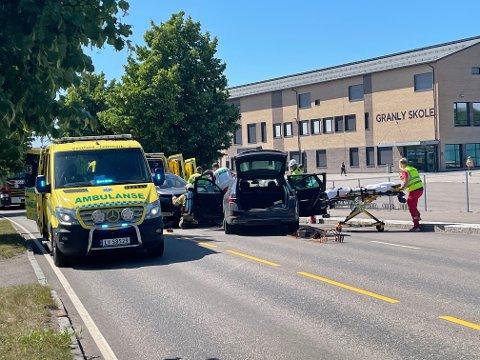 NØDETATER: Stort oppmøte av nødetater da to biler kolliderte, front mot front, på Borreveien onsdag 30. juni.