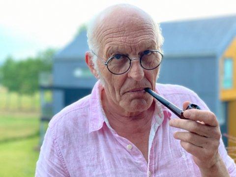 NY ADRESSE: Tore Grønlien kommer ikke til å begynne med golf, selv om han har golfbanen rett utenfor stuevinduet. Til det er han altfor travel med å skrive.
