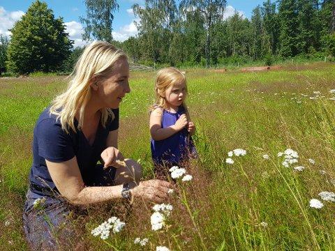 SENSOMMER: Løp ut i solen, mens den er her. Som Ingrid og Marie her på en blomstereng.