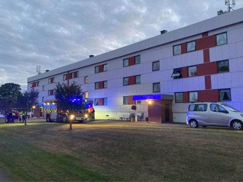 BLÅLYS: Alle nødetater rykket ut da det ble meldt om røykutvikling fra en leilighet i Eikveien.